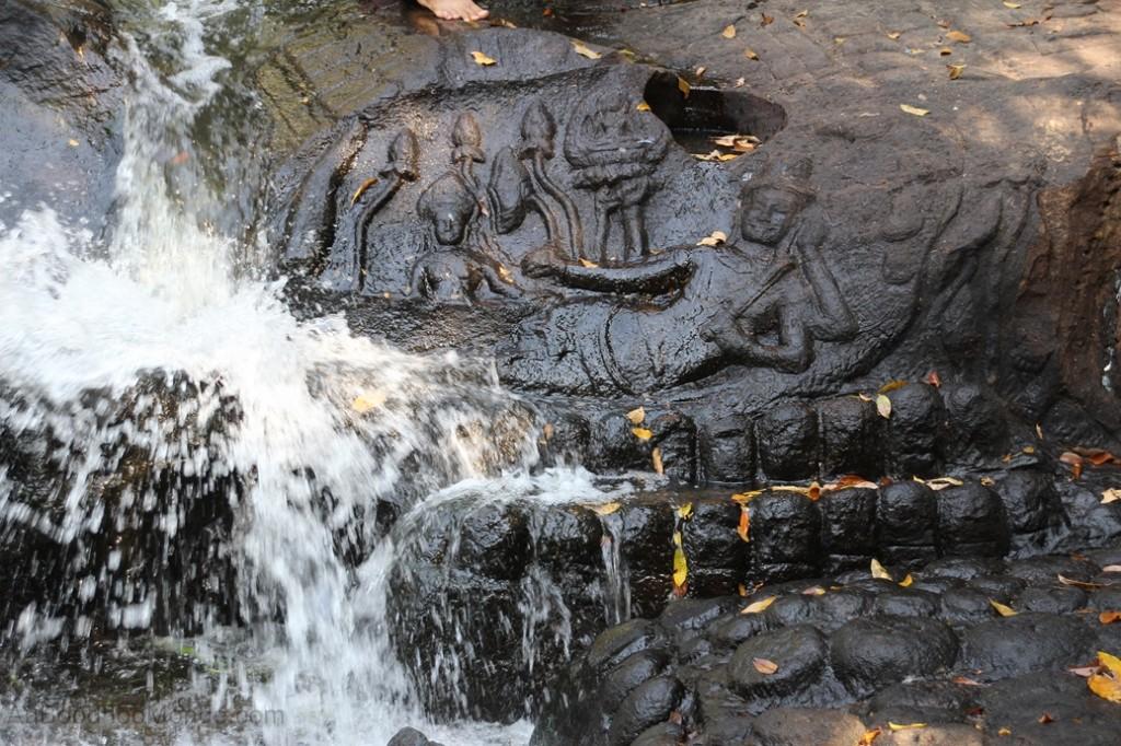 Cambodge - Angkor Kbal Spean pont sculpte