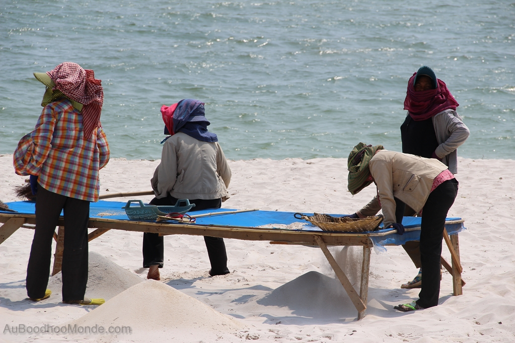 Cambodge - Plage Kep - Tamisage sable
